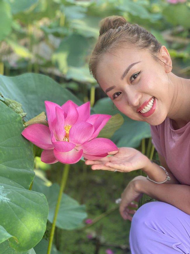 Thanh Vân Hugo bày tỏ: Hoa không vì ai mà nở mà tàn. Đời không vì mình mà hợp mà tan. Đến đón đi tiễn thì an. Không cầu không cưỡng không tham không buồn.