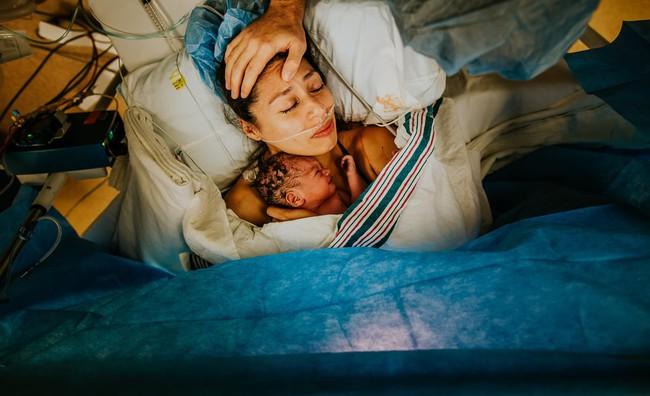 """Ngẩn ngơ trước những khoảnh khắc sinh nở đẹp đến ngỡ ngàng được nhiếp ảnh gia """"bắt lại"""" khi tác nghiệp tại bệnh viện - Ảnh 21."""