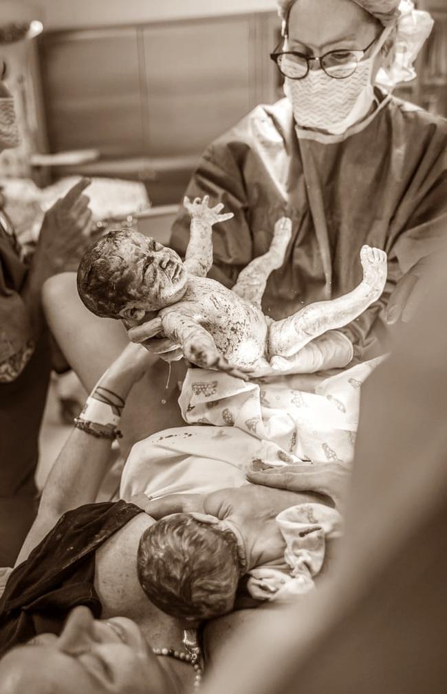 """Ngẩn ngơ trước những khoảnh khắc sinh nở đẹp đến ngỡ ngàng được nhiếp ảnh gia """"bắt lại"""" khi tác nghiệp tại bệnh viện - Ảnh 10."""