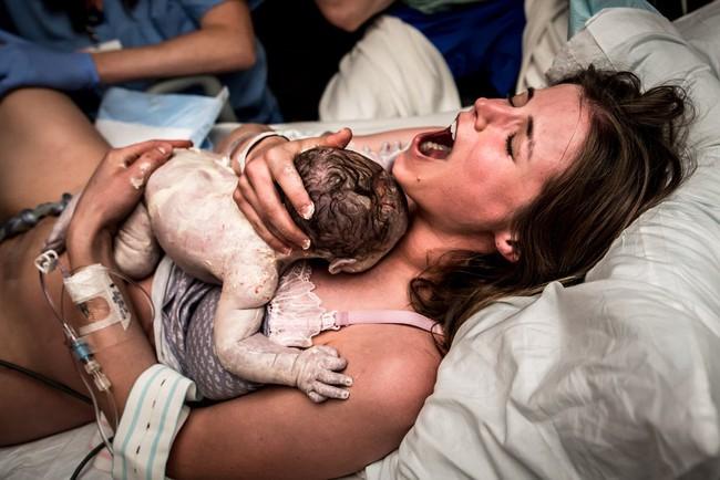 """Ngẩn ngơ trước những khoảnh khắc sinh nở đẹp đến ngỡ ngàng được nhiếp ảnh gia """"bắt lại"""" khi tác nghiệp tại bệnh viện - Ảnh 19."""