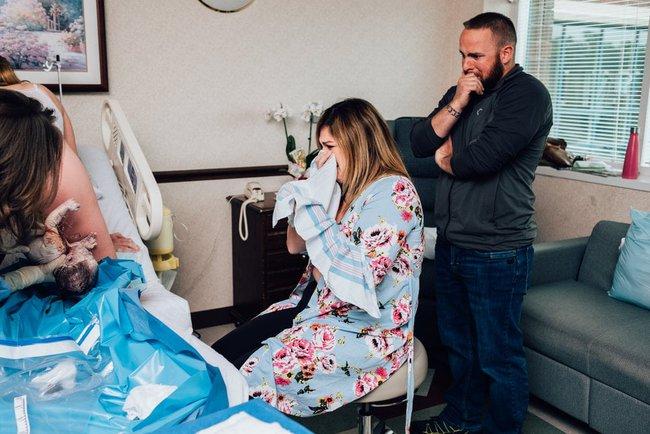 """Ngẩn ngơ trước những khoảnh khắc sinh nở đẹp đến ngỡ ngàng được nhiếp ảnh gia """"bắt lại"""" khi tác nghiệp tại bệnh viện - Ảnh 17."""
