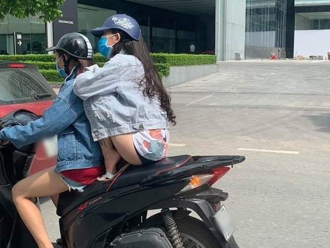 Cô gái mặc quần đùi ngắn co cả 2 chân lên yên xe máy để tránh nắng khiến ai nhìn cũng thót tim - Ảnh 2.