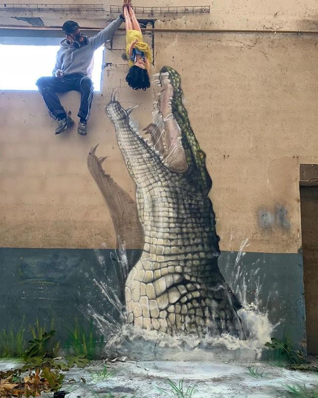 Con cá sấu hung tợn phóng lên cao đớp con mồi khiến ai cũng rùng mình nhưng nhìn kỹ bức ảnh thì xuýt xoa không ngừng - Ảnh 1.