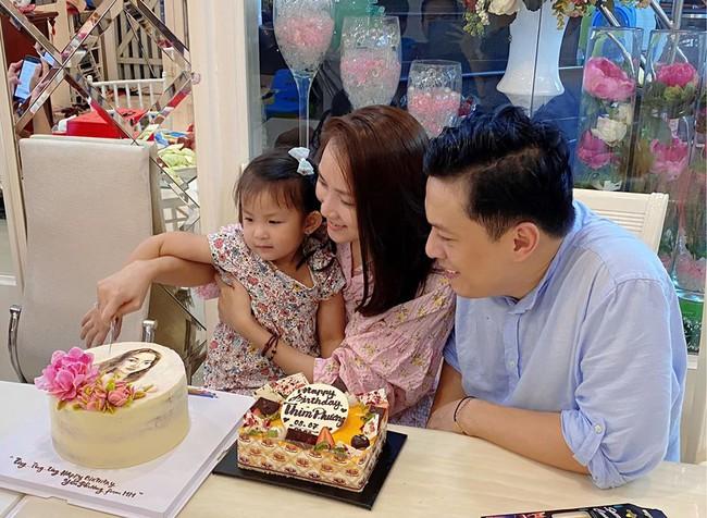 Bà xã Lam Trường đón tuổi mới bên chồng và con gái.
