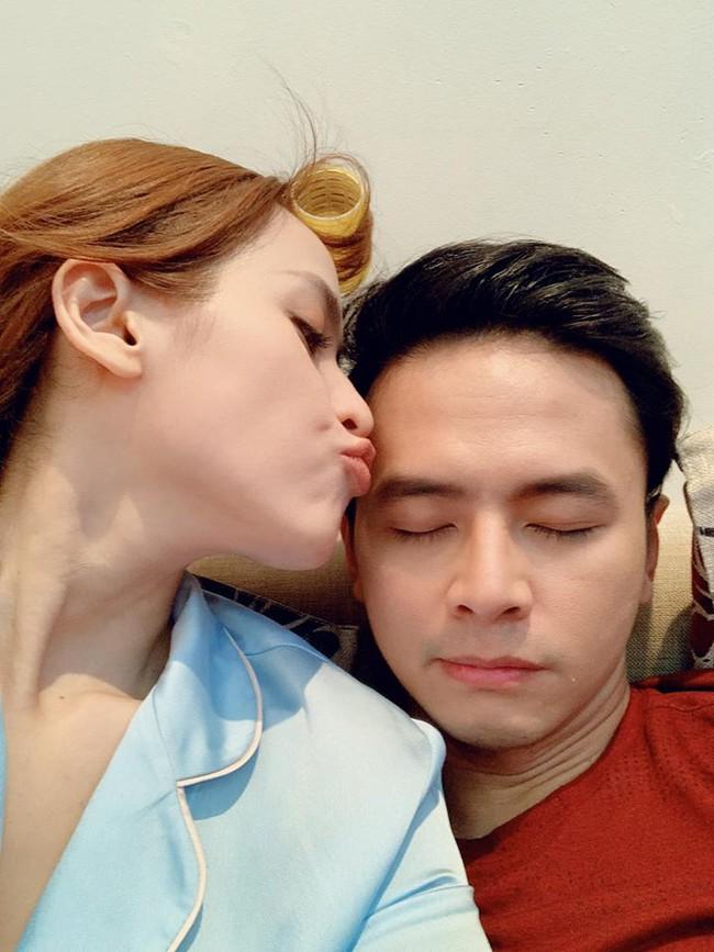 Tú Vi chu môi hôn ông xã Văn Anh.