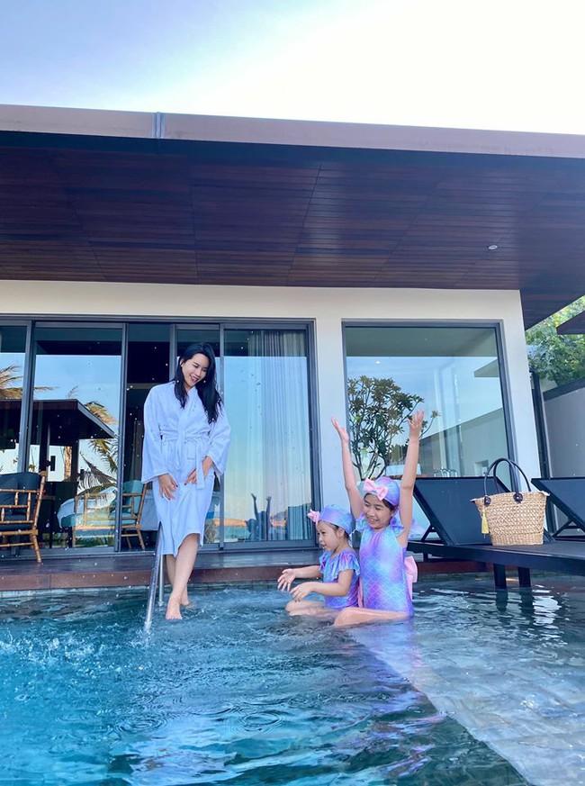 Lưu Hương giang nô đùa với 2 con gái trong chuyến đi Quy Nhơn.