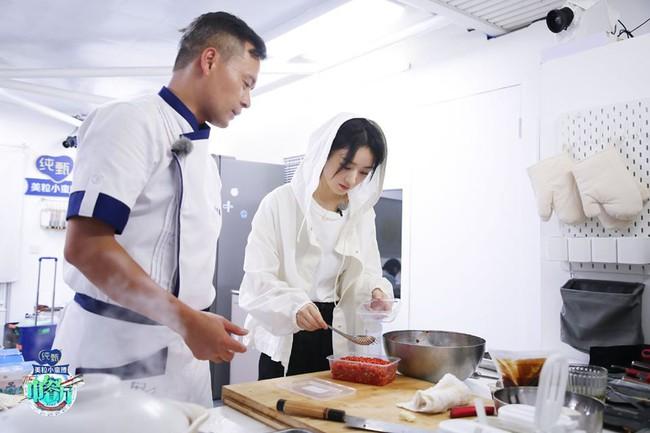 """""""Nhà hàng Trung Hoa 4"""": Loạt ảnh góc nghiêng tuyệt đẹp của Triệu Lệ Dĩnh, khóc trên truyền hình mà không cho ai biết  - Ảnh 4."""