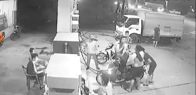 3 thanh niên đùa cợt hút thuốc trong câu xăng dù đã được nhắc nhở khiến lửa bất ngờ bốc cháy khiến nhiều hoảng hốt - Ảnh 2.