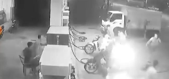 3 thanh niên đùa cợt hút thuốc trong câu xăng dù đã được nhắc nhở khiến lửa bất ngờ bốc cháy khiến nhiều hoảng hốt - Ảnh 3.