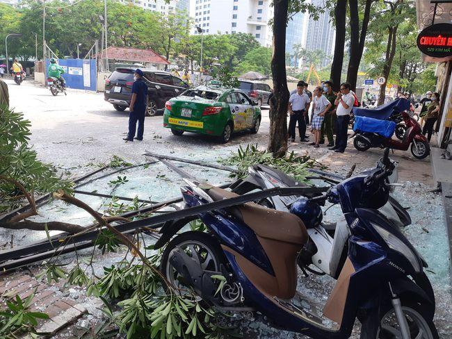 Hà Nội: Sau tiếng nổ lớn, mảnh kính tòa nhà văng xuống đường trúng ô tô khiến 2 người nhập viện cấp cứu - Ảnh 7.