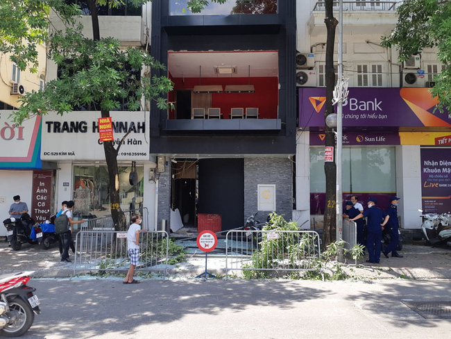 Hà Nội: Sau tiếng nổ lớn, mảnh kính tòa nhà văng xuống đường trúng ô tô khiến 2 người nhập viện cấp cứu - Ảnh 8.
