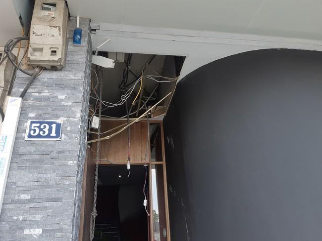 Hà Nội: Sau tiếng nổ lớn kính tòa nhà văng xuống đường trúng taxi, 2 người nhập viện - Ảnh 9.