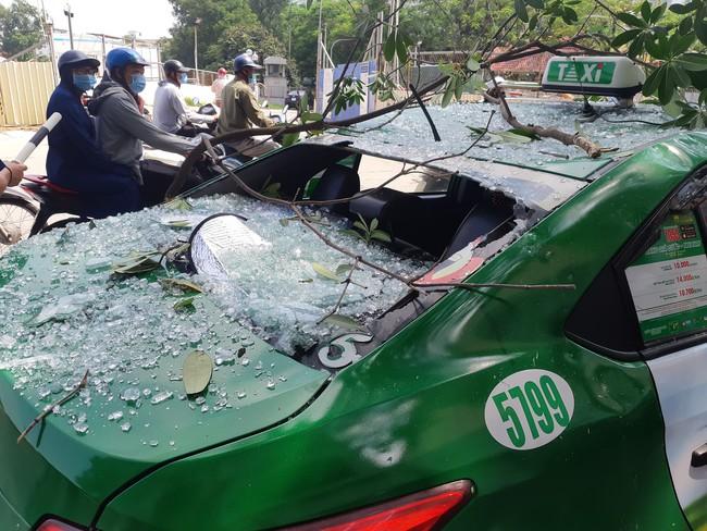 Hà Nội: Sau tiếng nổ lớn kính tòa nhà văng xuống đường trúng taxi, 2 người nhập viện - Ảnh 3.