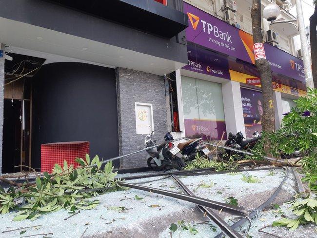 Hà Nội: Sau tiếng nổ lớn kính tòa nhà văng xuống đường trúng taxi, 2 người nhập viện - Ảnh 2.