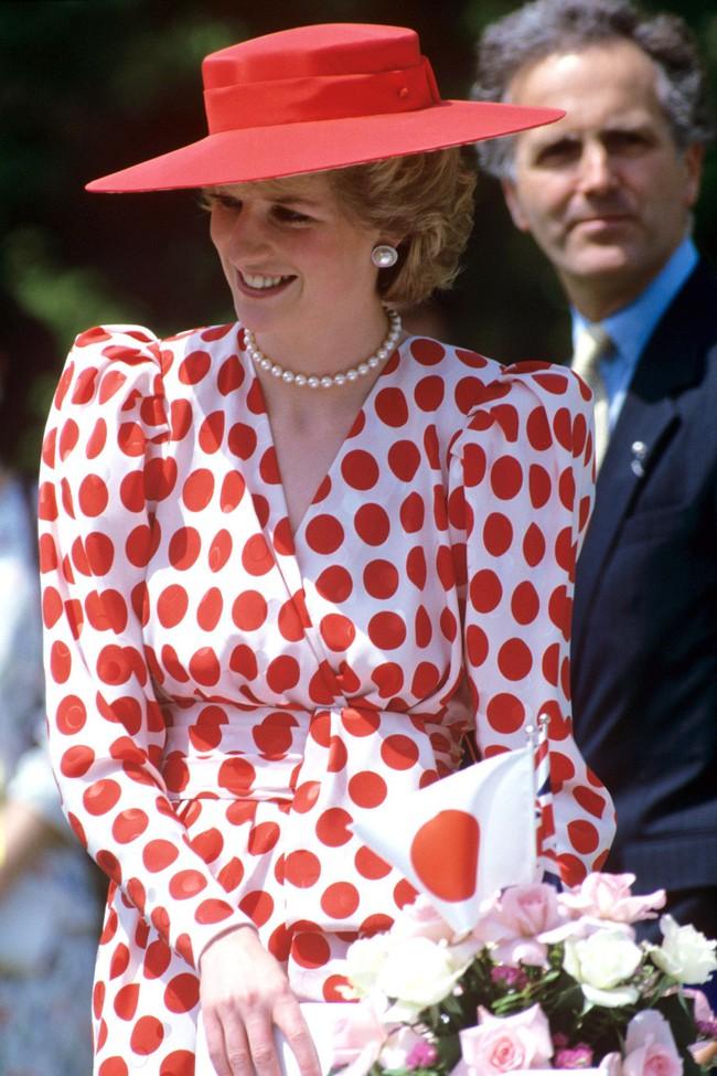 Ngắm Công nương Diana để biết thế nào là đỉnh cao sang trọng khi diện đồ chấm bi, con dâu Kate và Meghan chạy dài không theo kịp - Ảnh 2.