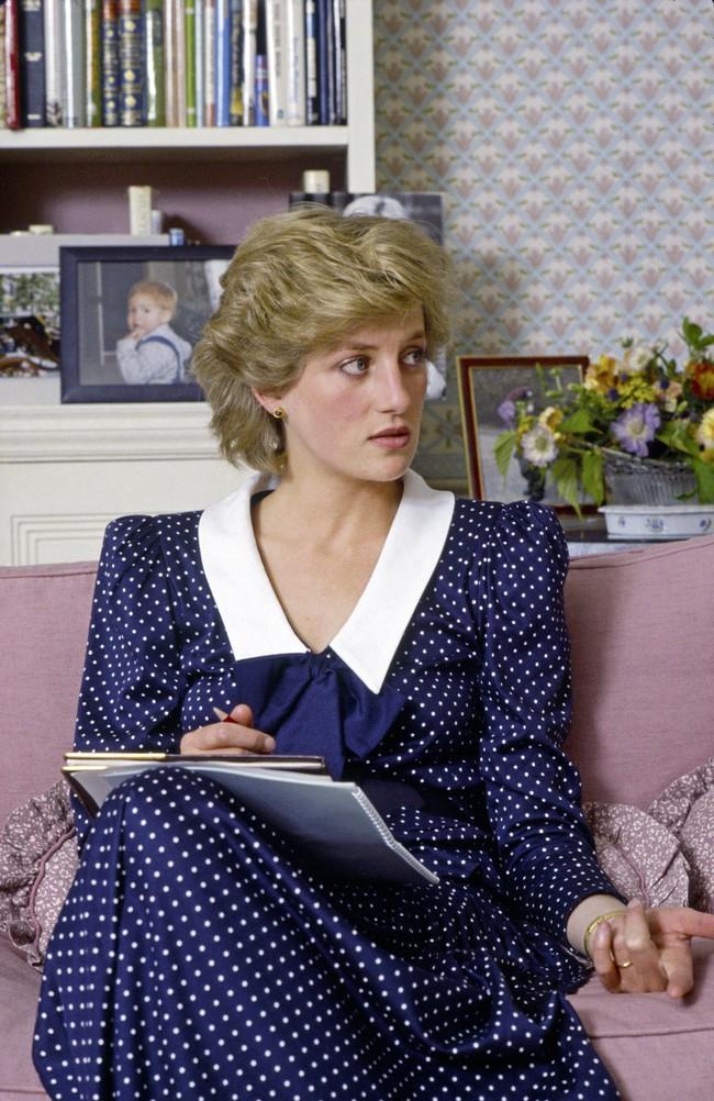 Ngắm Công nương Diana để biết thế nào là đỉnh cao sang trọng khi diện đồ chấm bi, con dâu Kate và Meghan chạy dài không theo kịp - Ảnh 3.