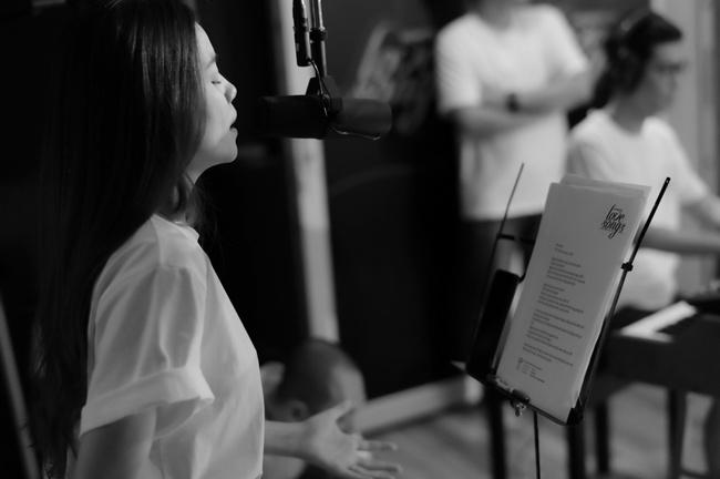 Để chuẩn bị cho buổi thu âm album diễn ra suốt 2 ngày, Hồ Ngọc Hà đã dành thời gian tập luyện cùng nhạc sĩ Hoài Sa và ban nhạc đến khuya, để thu âm tốt nhất, mang đến 1 album chất lượng và chuyên nghiệp.