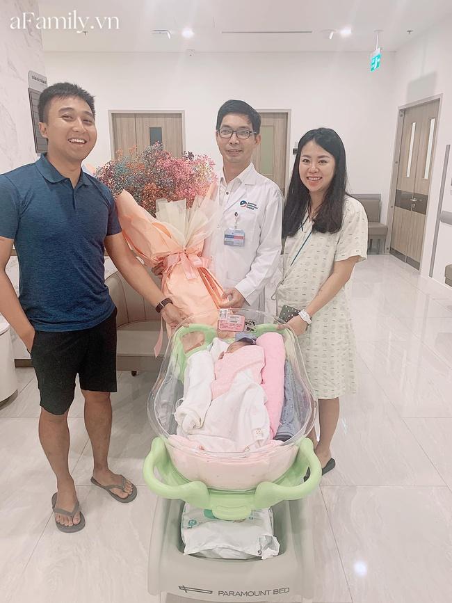 """Mẹ Vũng Tàu đi đẻ """"sang chảnh"""" hết gần 60 triệu: Bác sĩ chu đáo, em bé vừa chào đời được đi xỏ khuyên tai làm điệu - Ảnh 8."""
