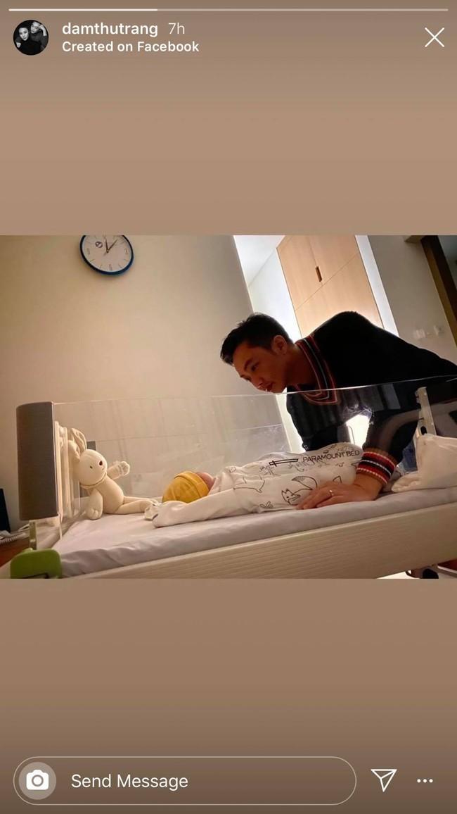 Đàm Thu Trang khoe khoảnh khắc Cường Đô La hạnh phúc ngắm nhìn con gái mới sinh - Ảnh 1.