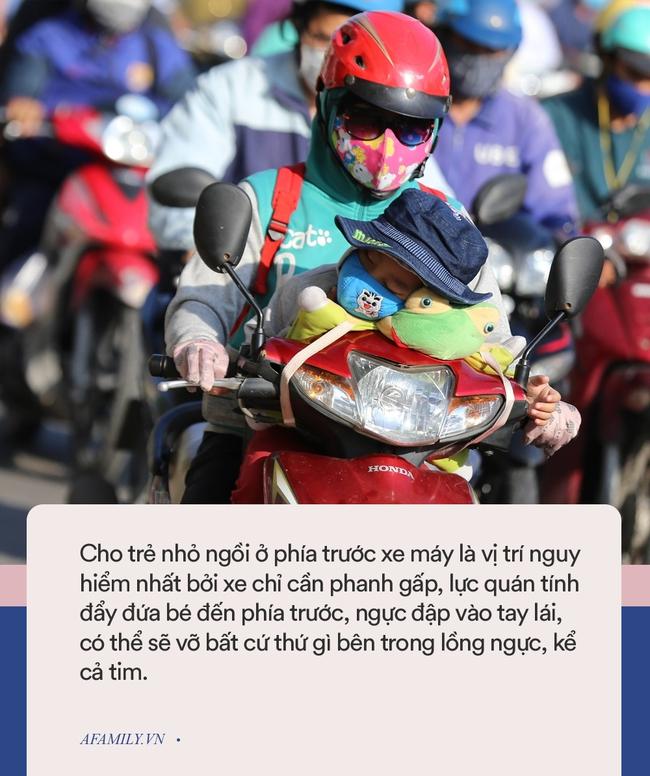 Clip: Để con ngồi vắt vẻo trước giỏ xe máy, bố mẹ vẫn thản nhiên chạy vèo vèo trên đường - Ảnh 5.