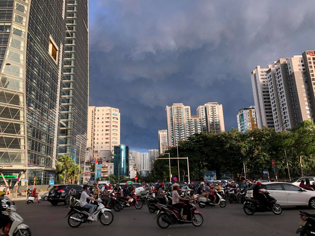 """Chùm ảnh: Hà Nội bất ngờ đón cơn mưa giông đúng giờ tan tầm, người dân chật vật """"bơi"""" về nhà - Ảnh 6."""