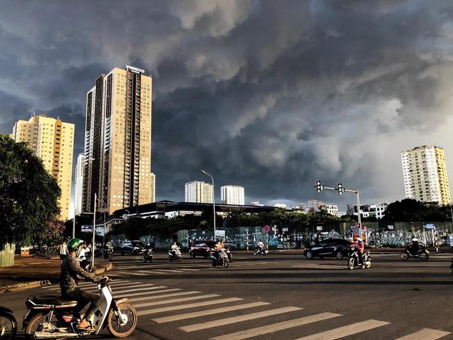 """Chùm ảnh: Hà Nội bất ngờ đón cơn mưa giông đúng giờ tan tầm, người dân chật vật """"bơi"""" về nhà - Ảnh 5."""