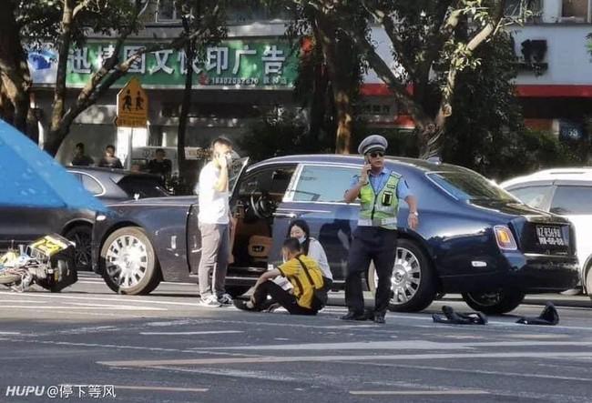 Đâm trúng xe Roll Royce, anh tài xế ngồi khóc nức nở nhưng hành động sau đó của nữ tài xế mới khiến ai nấy ngỡ ngàng - Ảnh 2.