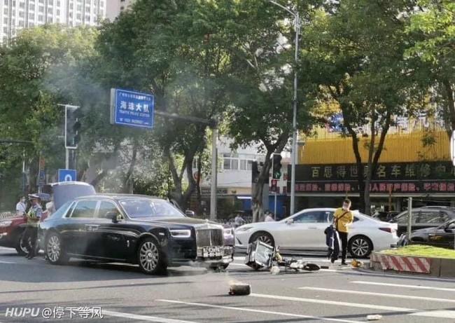 Đâm trúng xe Roll Royce, anh tài xế ngồi khóc nức nở nhưng hành động sau đó của nữ tài xế mới khiến ai nấy ngỡ ngàng - Ảnh 1.