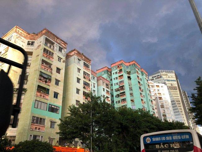 """Chùm ảnh: Hà Nội bất ngờ đón cơn mưa giông đúng giờ tan tầm, người dân chật vật """"bơi"""" về nhà - Ảnh 10."""