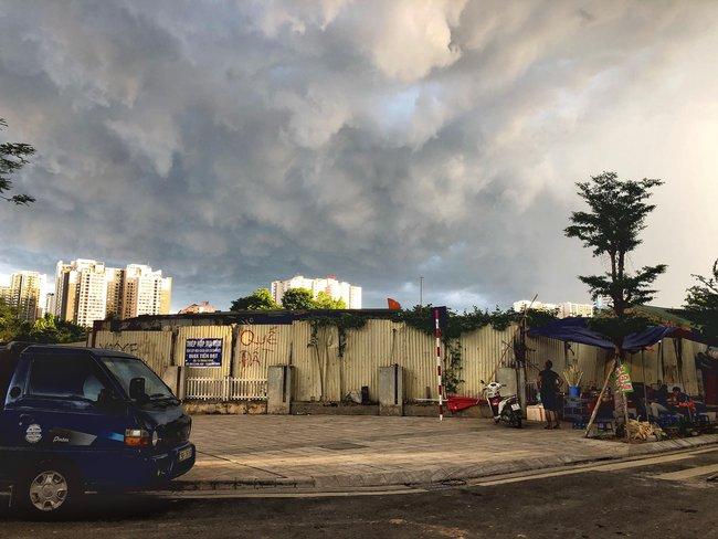 """Chùm ảnh: Hà Nội bất ngờ đón cơn mưa giông đúng giờ tan tầm, người dân chật vật """"bơi"""" về nhà - Ảnh 7."""