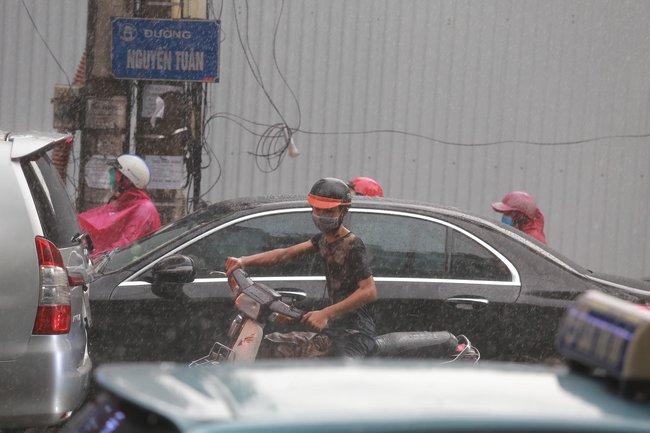 """Chùm ảnh: Hà Nội bất ngờ đón cơn mưa giông đúng giờ tan tầm, người dân chật vật """"bơi"""" về nhà - Ảnh 4."""