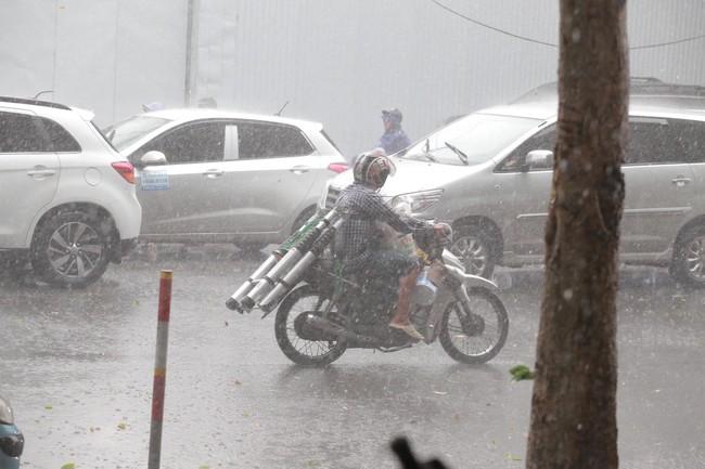 """Chùm ảnh: Hà Nội bất ngờ đón cơn mưa giông đúng giờ tan tầm, người dân chật vật """"bơi"""" về nhà - Ảnh 2."""