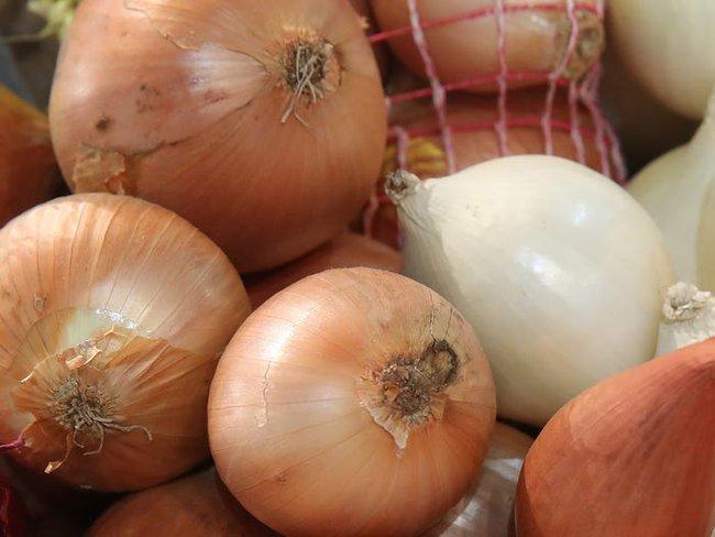 Nhìn vào củ khoai tây, cà chua, hành tây nếu thấy có dấu hiệu này thì nên cho vào thùng rác vì ăn sẽ không có dinh dưỡng mà còn dễ bị ngộ độc - Ảnh 3.