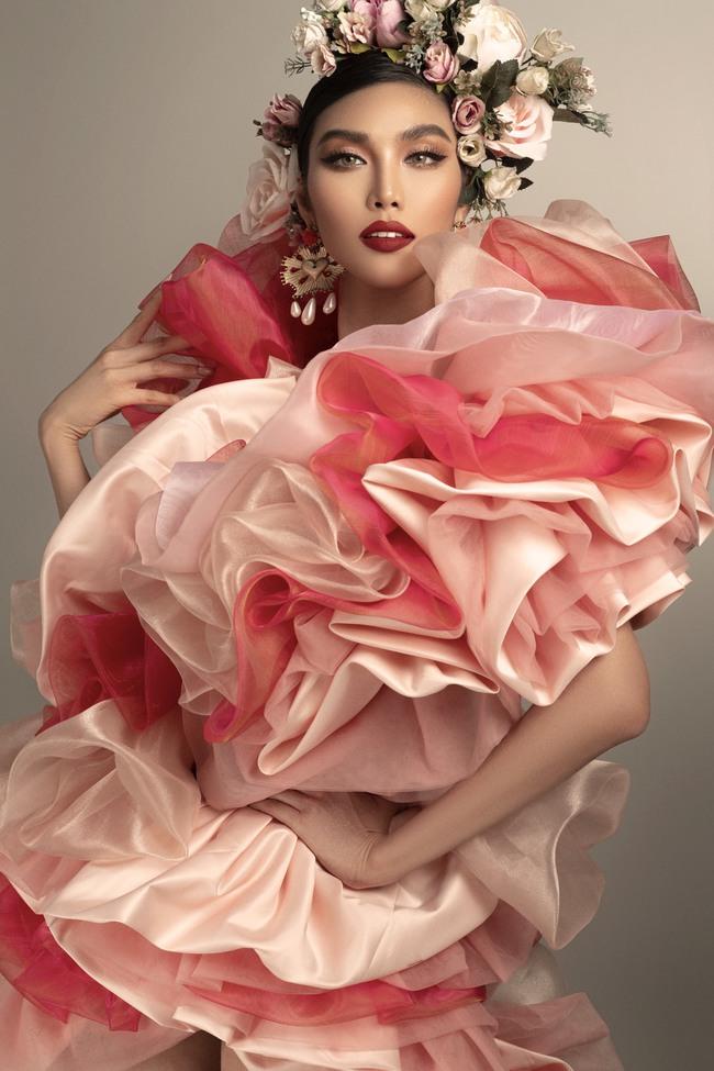Tái xuất sau sinh, Lan Khuê hóa đóa hoa rực sắc đỏ, thần thái sang chảnh chẳng kém thời còn son - Ảnh 2.