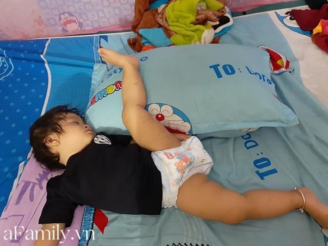 """""""Chết cười"""" với bé gái sinh ra đã có năng khiếu múa ba lê, không tin cứ nhìn tư thế ngủ là biết - Ảnh 1."""