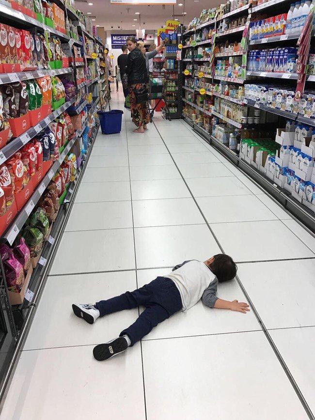 Ca sĩ Thu Minh chia sẻ hình ảnh con trai nằm dài trên sàn ở siêu thị khiến ai cũng tưởng Gấu ăn vạ, nhưng hóa ra Gấu lăn ra để làm một việc ít ai ngờ - Ảnh 1.