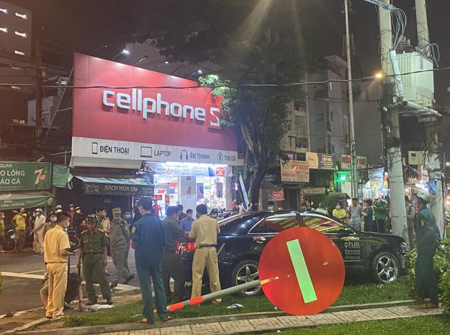 Nhân chứng vụ Camry tông hàng chục xe máy giữa ngã tư Sài Gòn: Ai cũng chảy máu, nữ tài xế sợ hãi vái lạy - Ảnh 2.