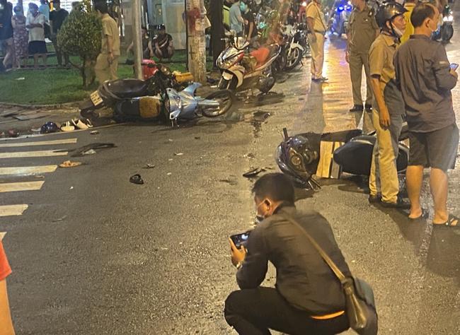 Nhân chứng vụ Camry tông hàng chục xe máy giữa ngã tư Sài Gòn: Ai cũng chảy máu, nữ tài xế sợ hãi vái lạy - Ảnh 3.
