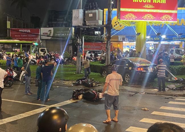 Nhân chứng vụ Camry tông hàng chục xe máy giữa ngã tư Sài Gòn: Ai cũng chảy máu, nữ tài xế sợ hãi vái lạy - Ảnh 5.