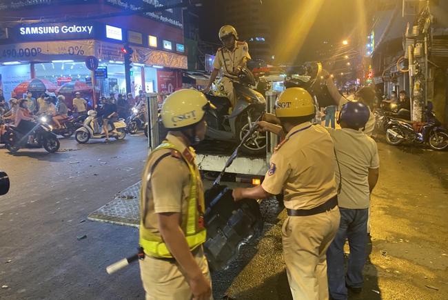 Nhân chứng vụ Camry tông hàng chục xe máy giữa ngã tư Sài Gòn: Ai cũng chảy máu, nữ tài xế sợ hãi vái lạy - Ảnh 10.