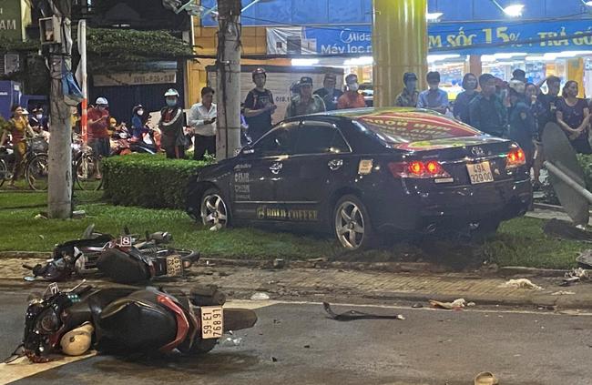 Nhân chứng vụ Camry tông hàng chục xe máy giữa ngã tư Sài Gòn: Ai cũng chảy máu, nữ tài xế sợ hãi vái lạy - Ảnh 1.
