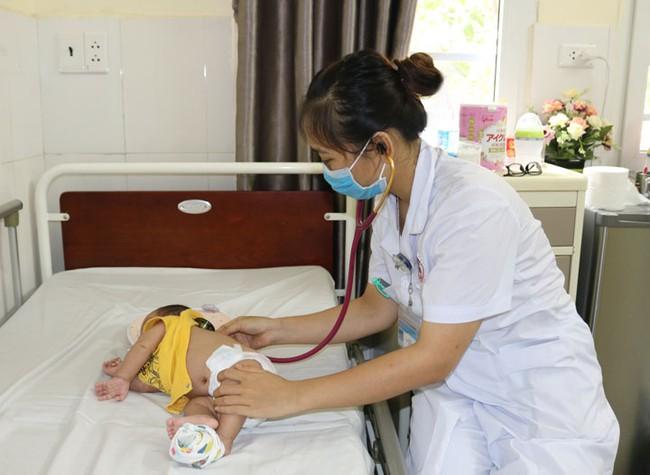 Bác sĩ cảnh báo vì e ngại dịch gia đình đã trì hoãn không đưa đến viện sớm dẫn đến trẻ 1, 5 tháng tuổi bị viêm phổi nặng, co giật toàn thân - Ảnh 1.
