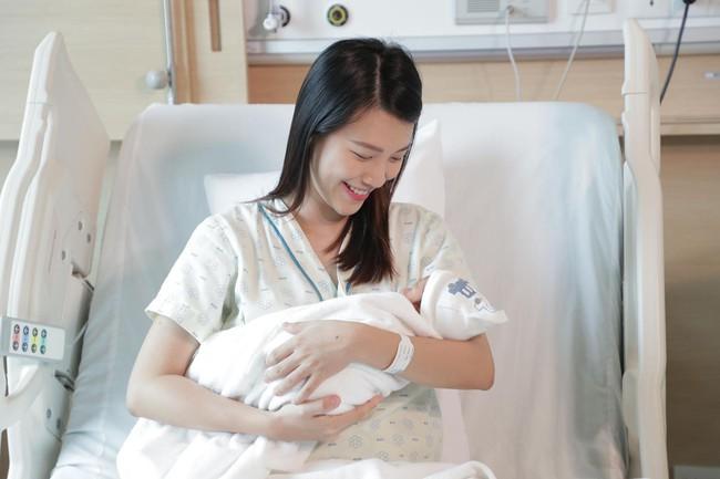"""Á hậu Hoàng Oanh lần đầu tiên công khai khoảnh khắc ôm con trai đầu lòng, tiện thể tiết lộ quá trình """"vượt cạn thần tốc"""" khi không có chồng bên cạnh - Ảnh 2."""