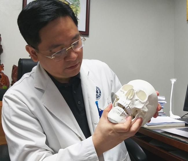 Bác sĩ Thơm đang diễn tả các bước điều chỉnh cho ca bệnh