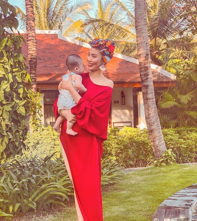 Lan Khuê tự hào khoe con trai mới 8 tháng tuổi đã biết đứng vững mà không cần có sự hỗ trợ của mẹ - Ảnh 2.