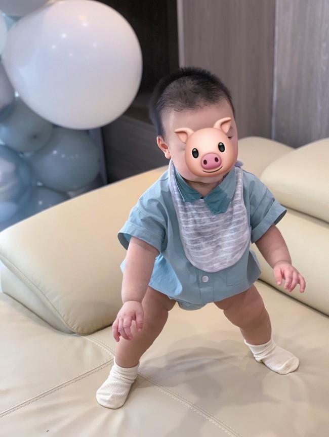 Lan Khuê tự hào khoe con trai mới 8 tháng tuổi đã biết đứng vững mà không cần có sự hỗ trợ của mẹ - Ảnh 1.