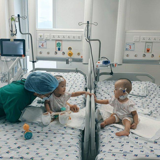 Xúc động khoảnh khắc hai chị em Trúc Nhi - Diệu Nhi cười rạng rỡ, lần đầu tiên được chạm vào nhau sau hơn 1 tháng xa cách - Ảnh 1.