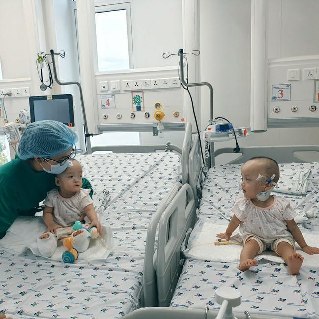 Xúc động khoảnh khắc hai chị em Trúc Nhi - Diệu Nhi cười rạng rỡ, lần đầu tiên được chạm vào nhau sau hơn 1 tháng xa cách - Ảnh 3.