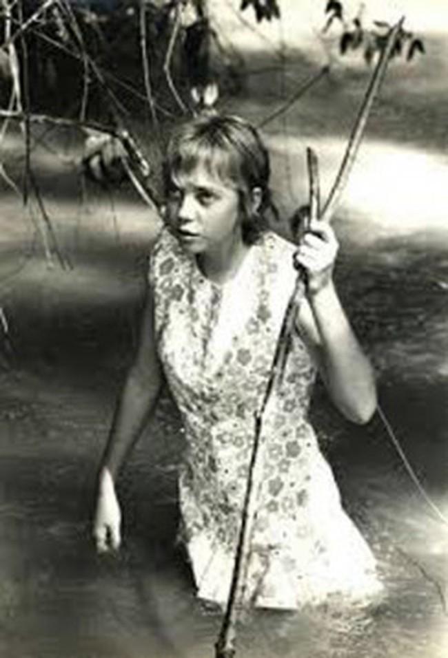 Chuyện ly kỳ về cô bé duy nhất sống sót sau tai nạn máy bay: Rơi từ độ cao 3000m xuống rừng rậm, đi bộ liên tục trong 10 ngày đêm - Ảnh 1.