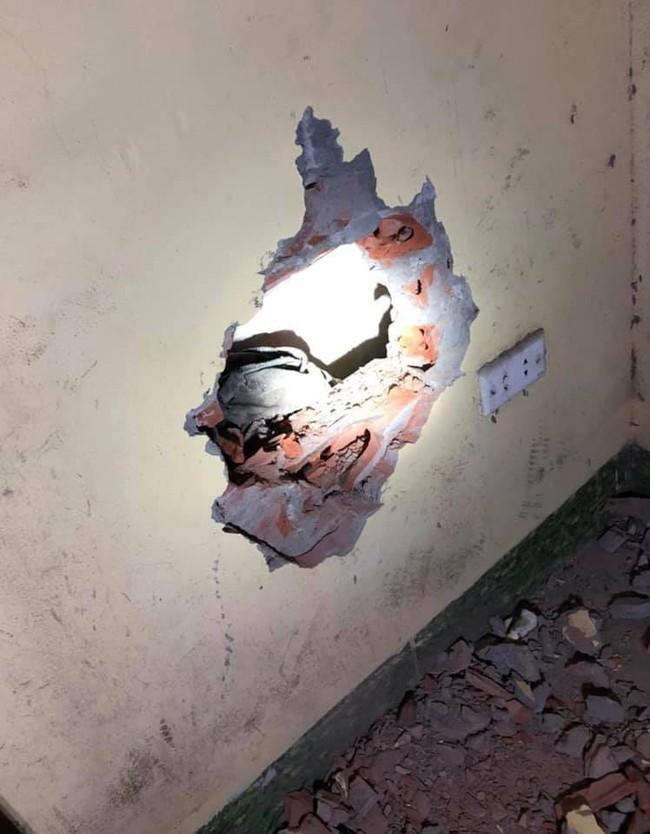 Hà Nội: Xót xa bé trai sơ sinh còn nguyên dây rốn nghi vấn bị mẹ ném qua khe tường giữ 2 nhà - Ảnh 2.